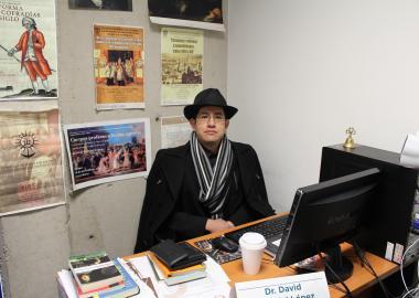 El doctor David Carbajal en su cubículo de investigación