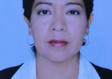Fotografía del título de doctorado de Lina Cruz