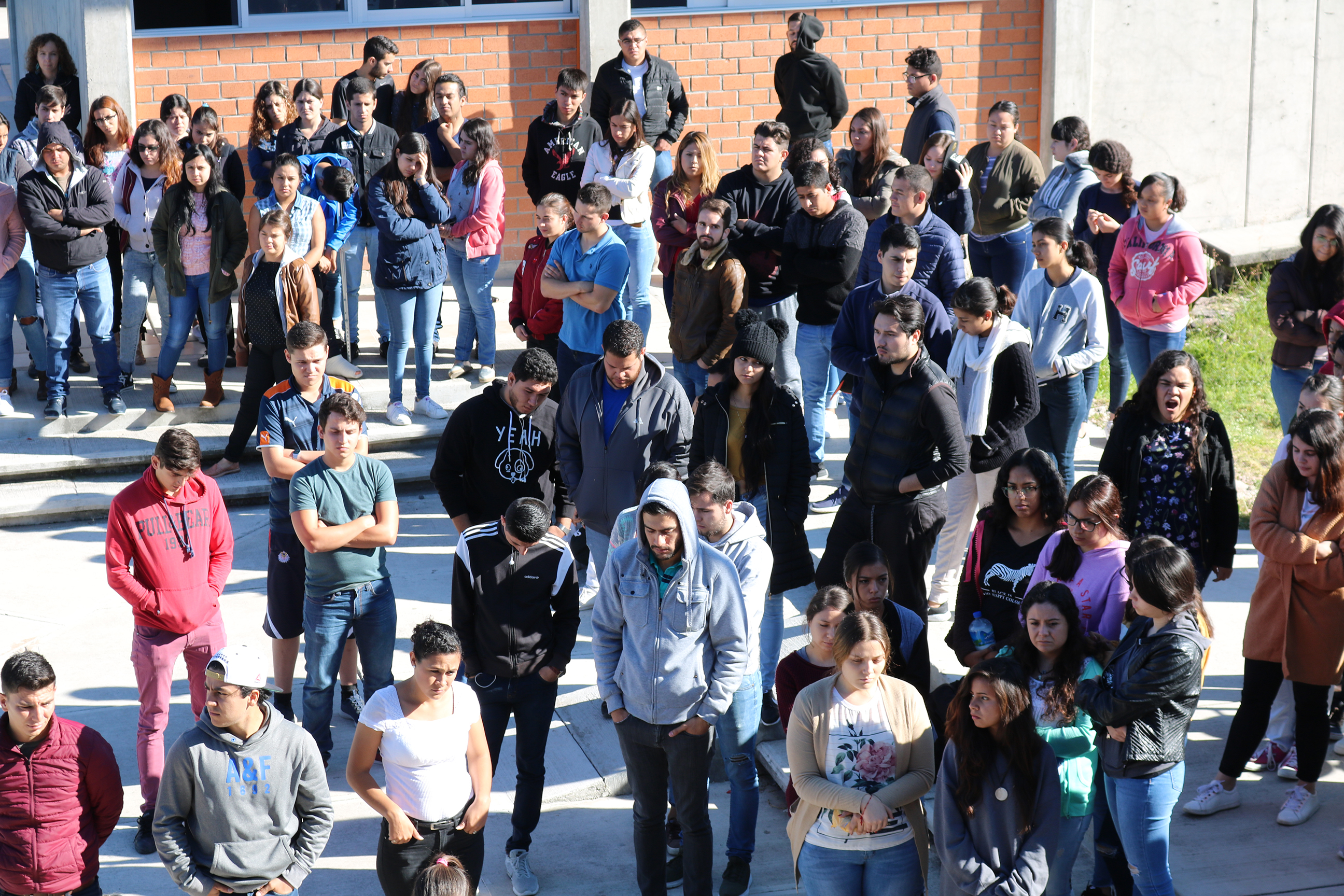 Estudiantes en la explanada de la sede San Juan de los Lagos