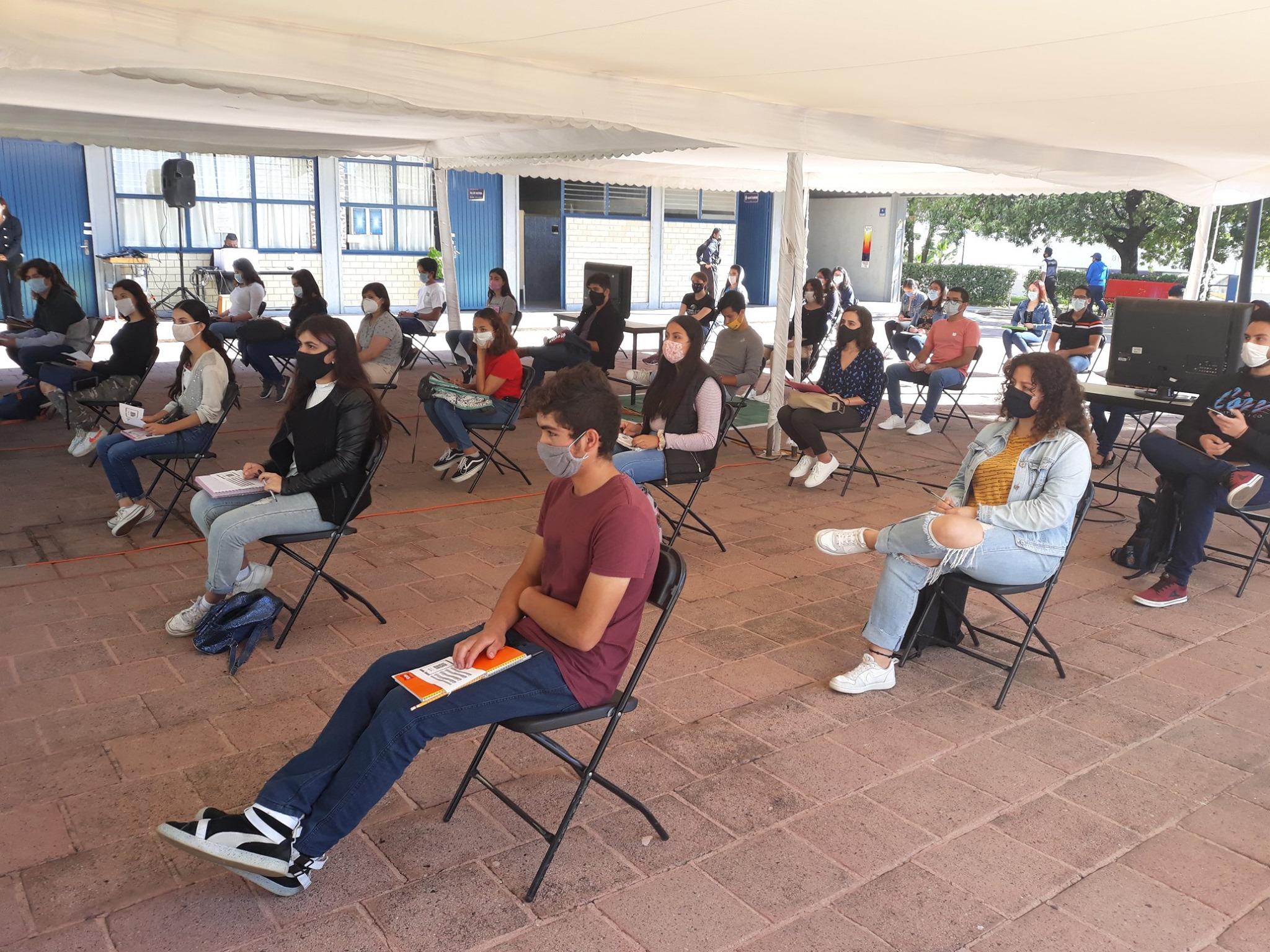 Los estudiantes se presentaron en un espacio abierto y mantuvieron sana distancia