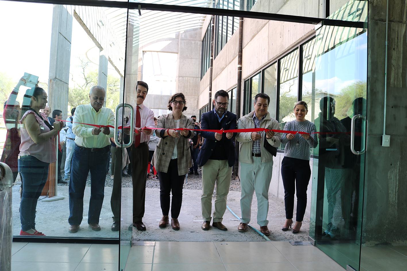 Las autoridades cortaron el listón, con lo cual quedaron formalmente inaugurados los laboratorios