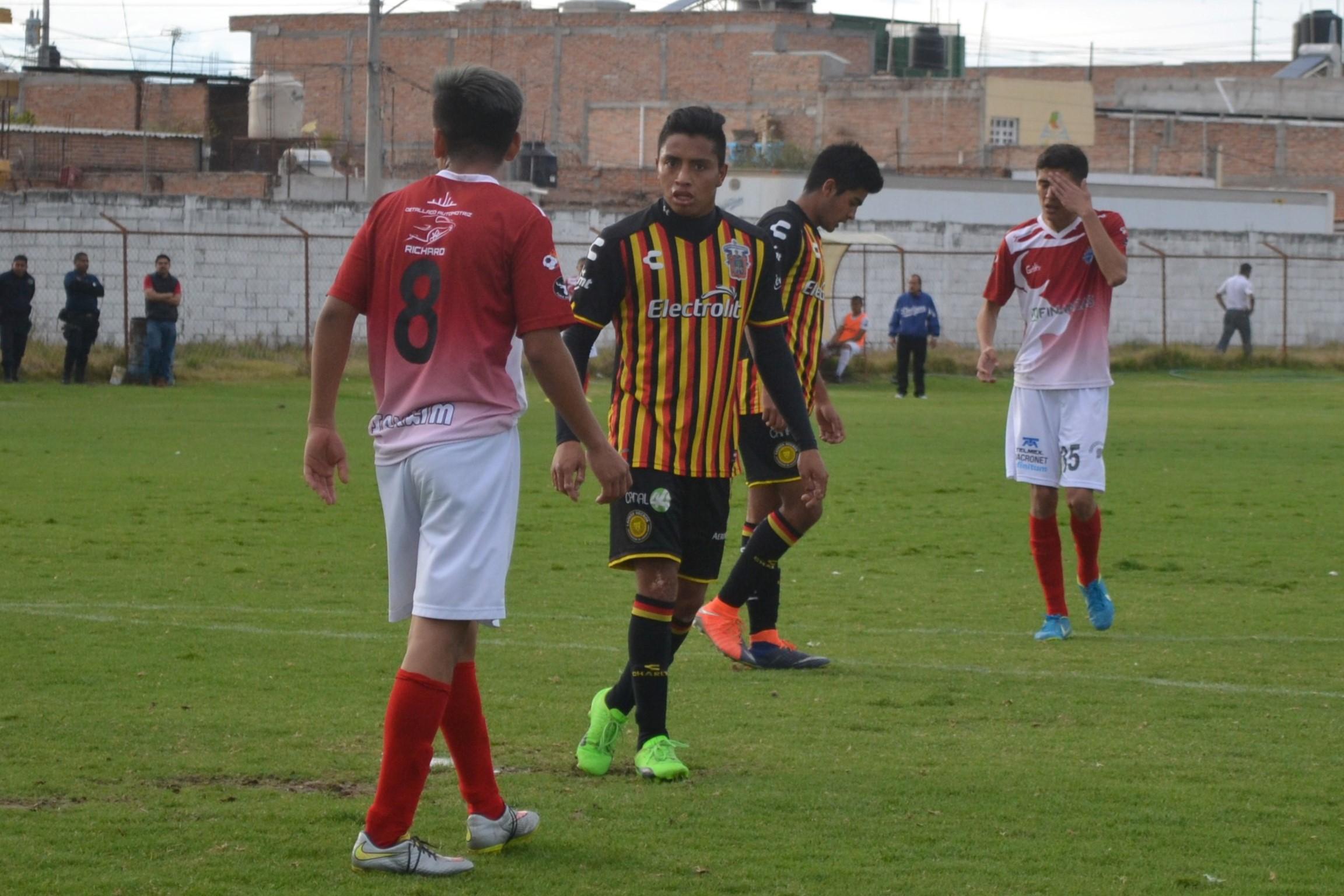 Cristian Cortés reclama a su adversario una falta
