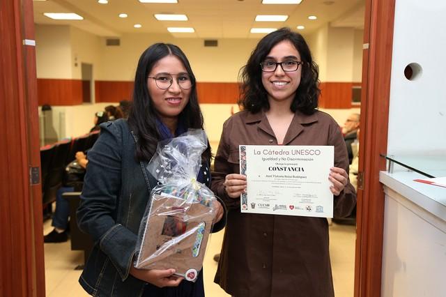 Ana Luisa Oregon y Anel Salas, quienes obtuvieron el reconocimiento de la Cátedra Unesco por su trabajo
