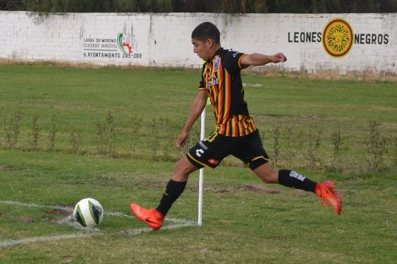 Erubey Lozano cobra tiro de esquina