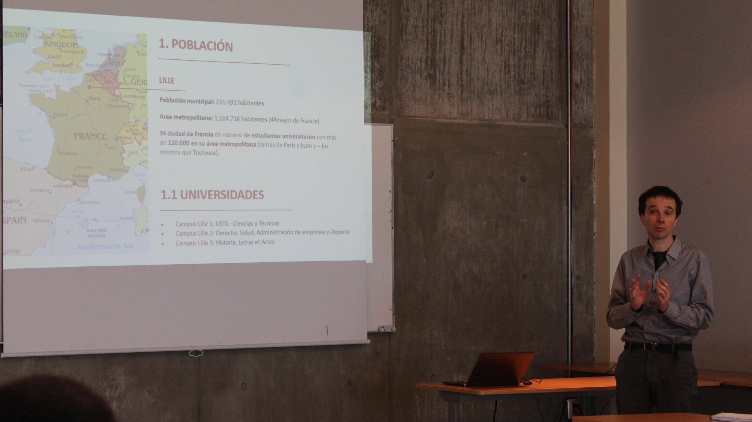 El doctor David Papo expone mediante diapositivas cómo es la Universidad de Lile