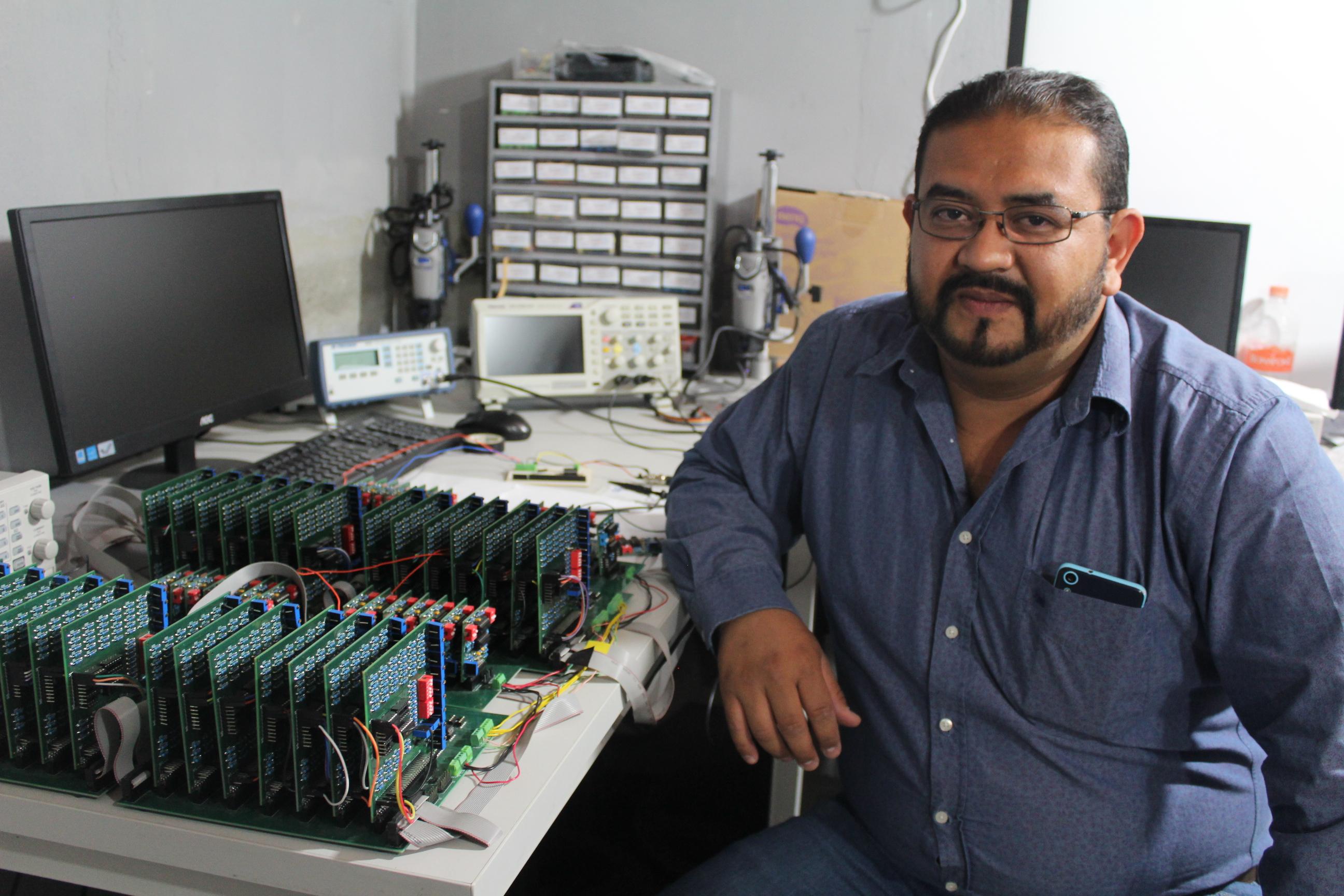 El doctor Ricardo Sevilla junto al dispositivo electrónico con el que realiza sus experimentos
