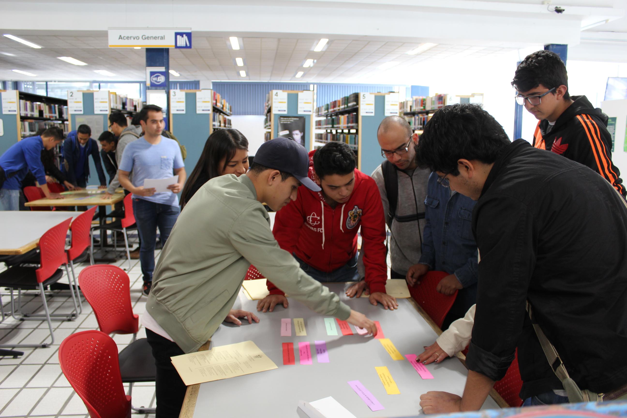 Estudiantes de nuevo ingreso en la biblioteca, en el reto del rally de inducción