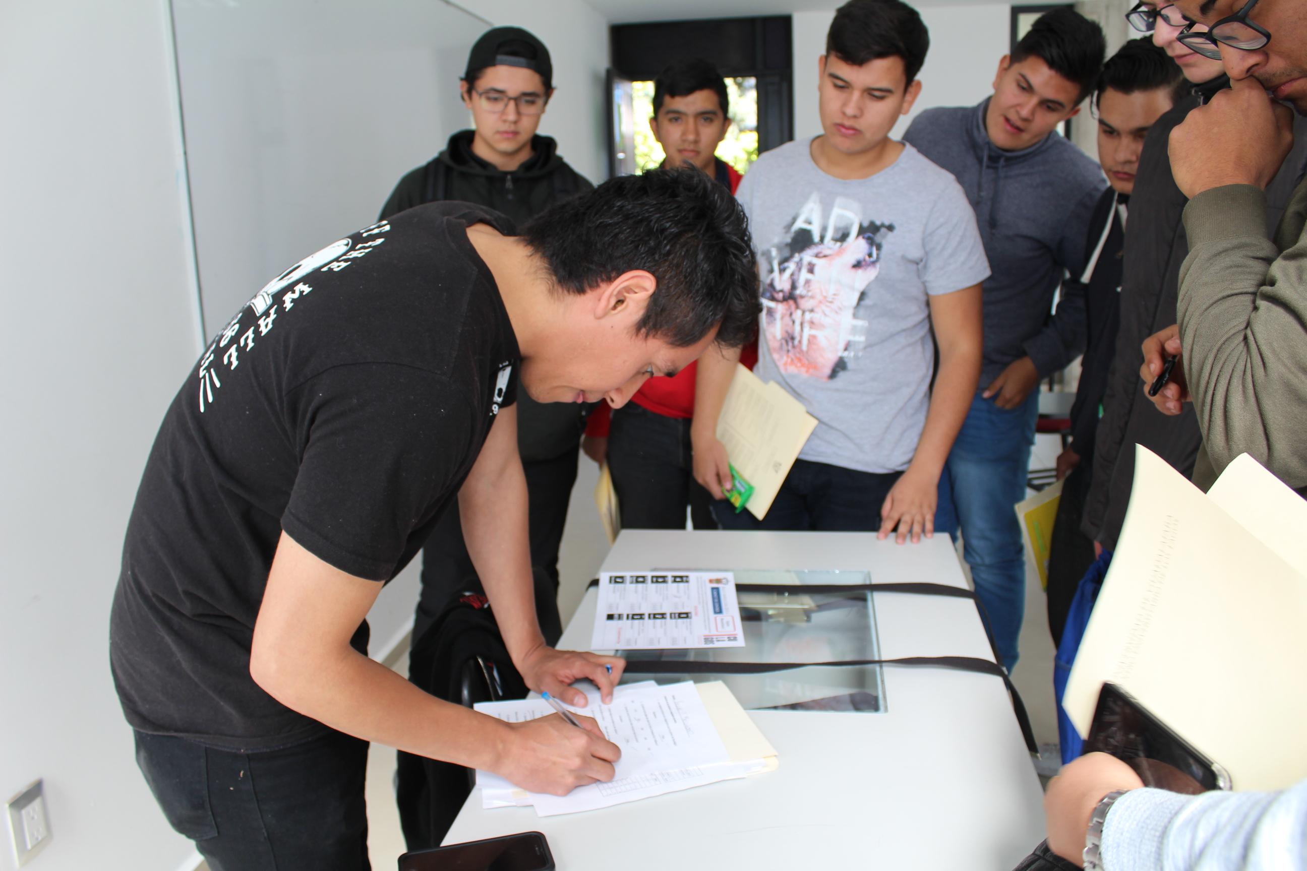 Equipo de alumnos contestando un cuestionario