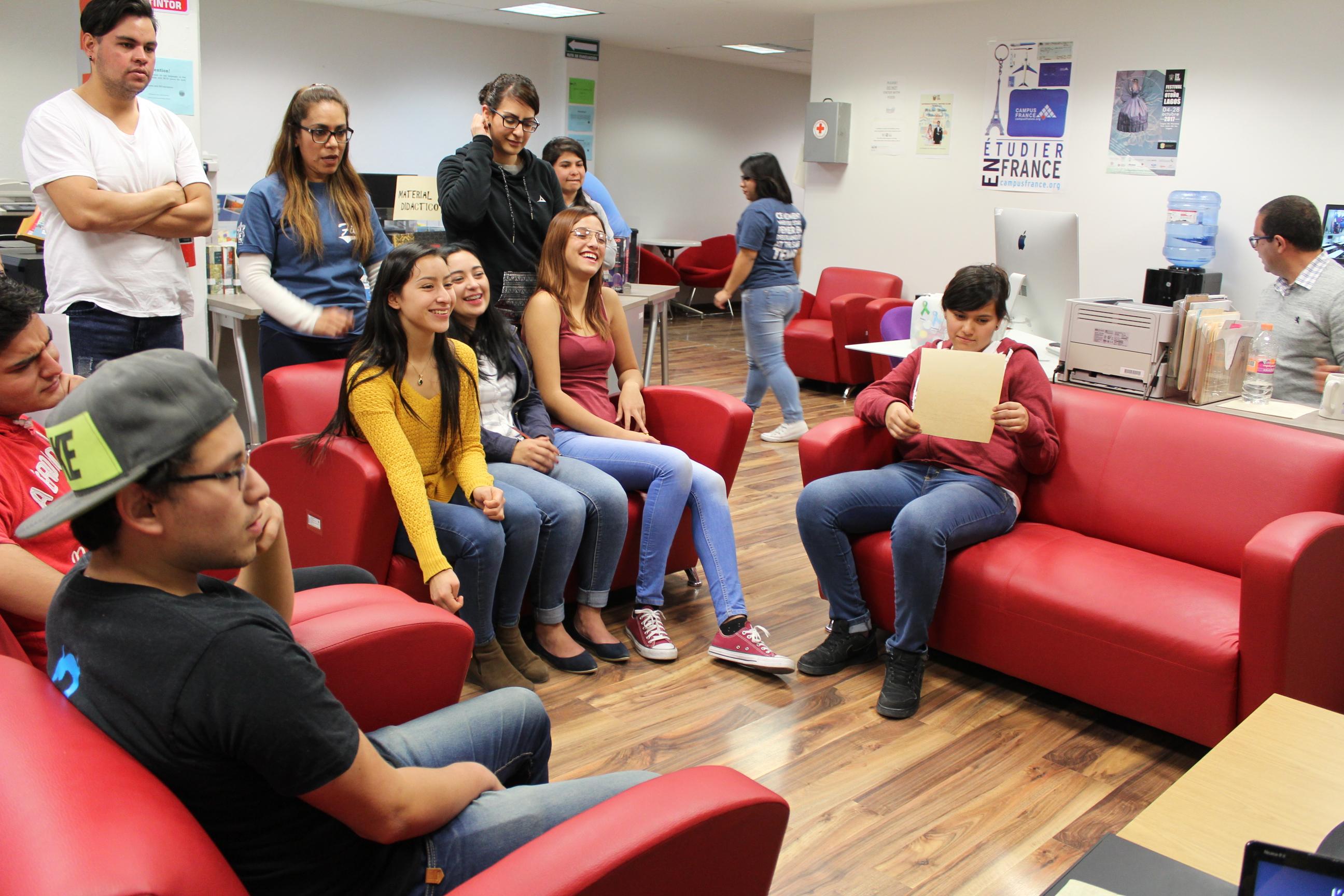 Alumnos participando en el karaoke de la Unidad de Lenguas y Formación Integral