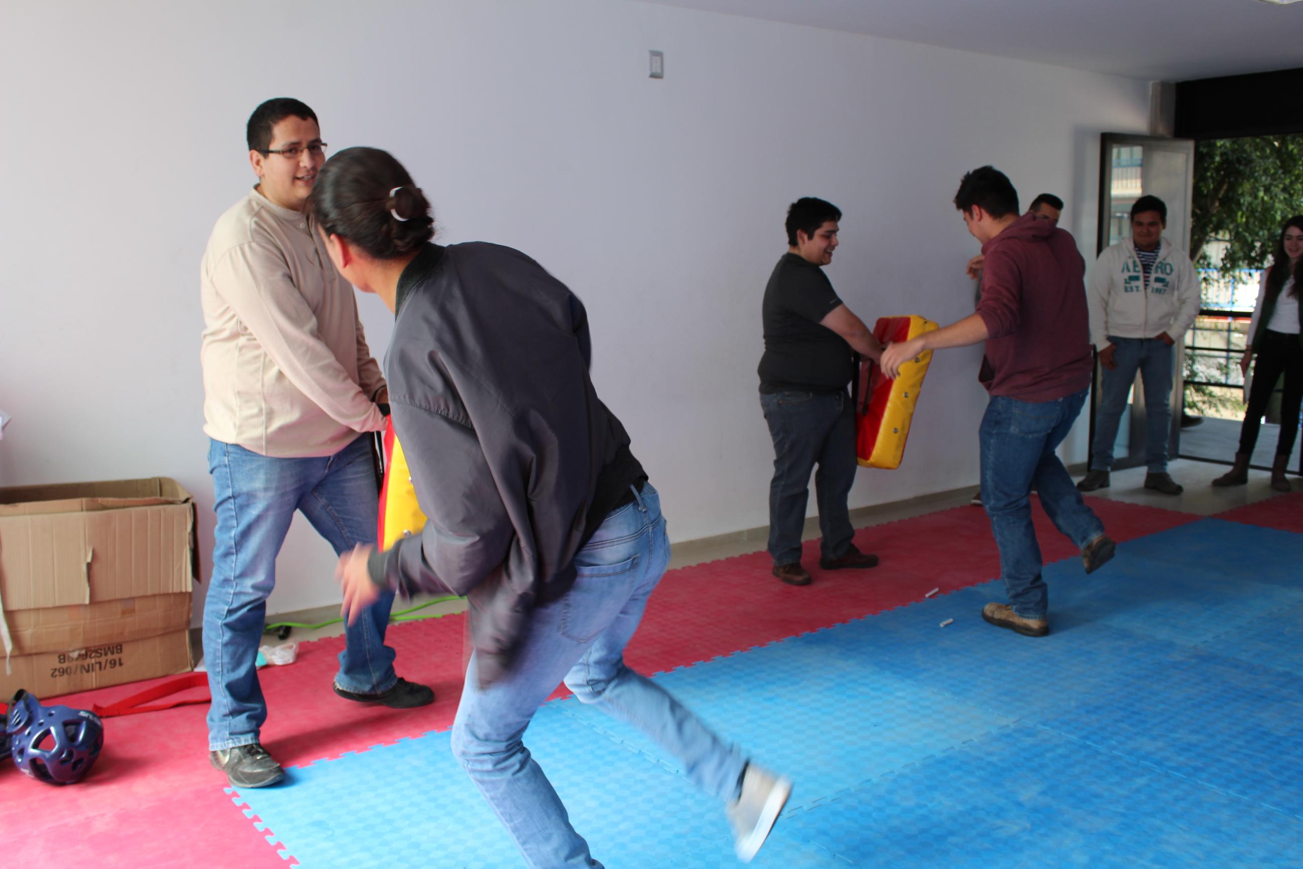Estudiantes de nuevo ingreso en el aula de tae kwon do practicando su mejor patada