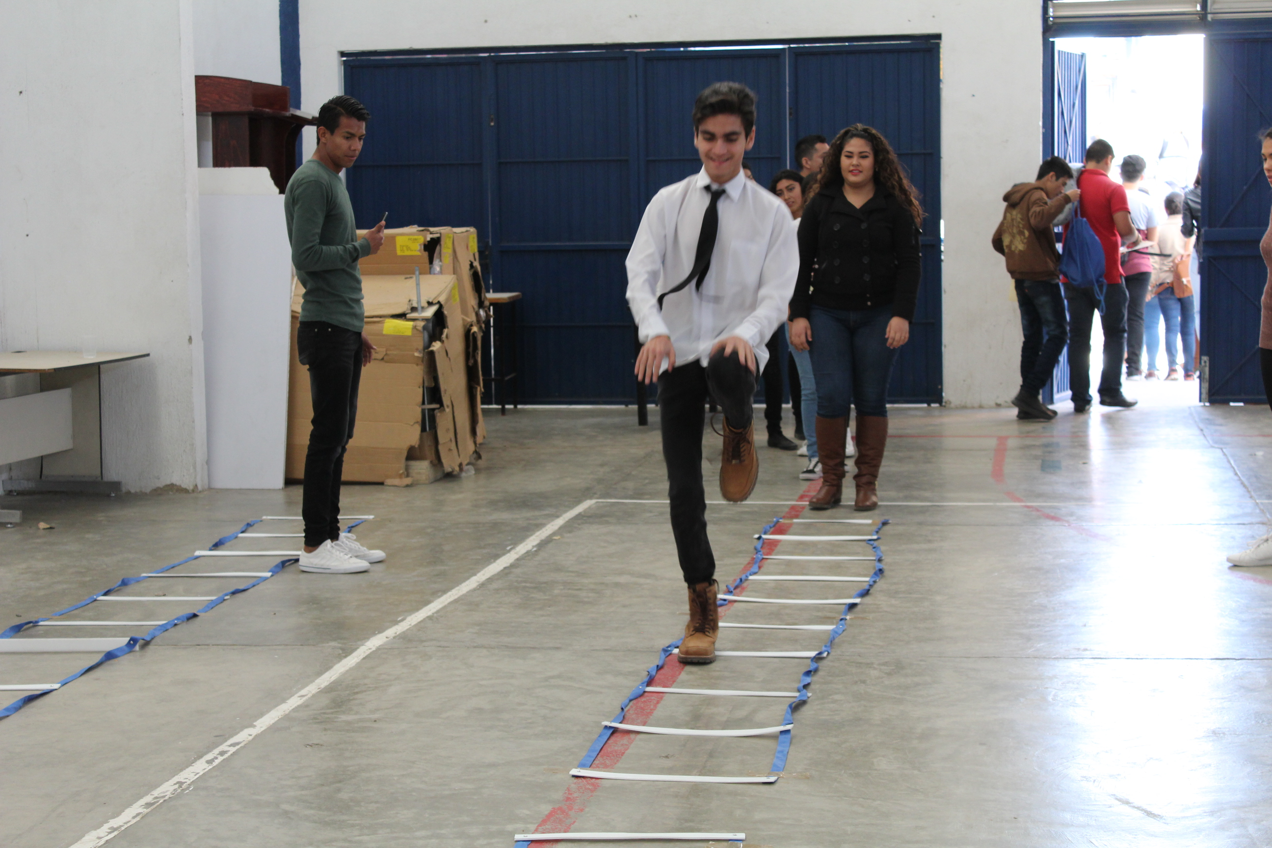 Estudiante elevando sus rodillas a la altura de su cadera