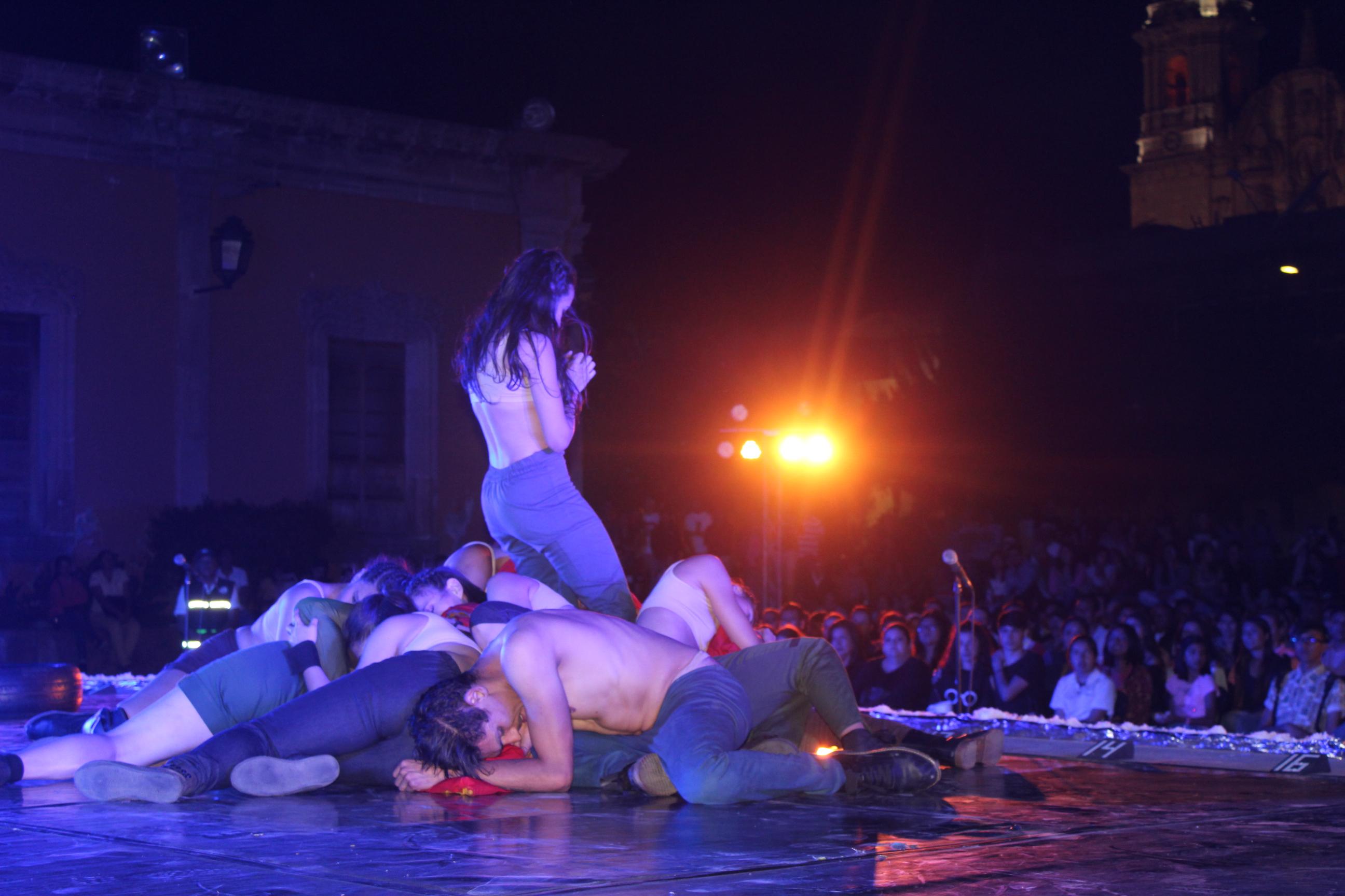 Durante la presentación, los artistas hicieron uso de sus fuerzas expresivas en la danza
