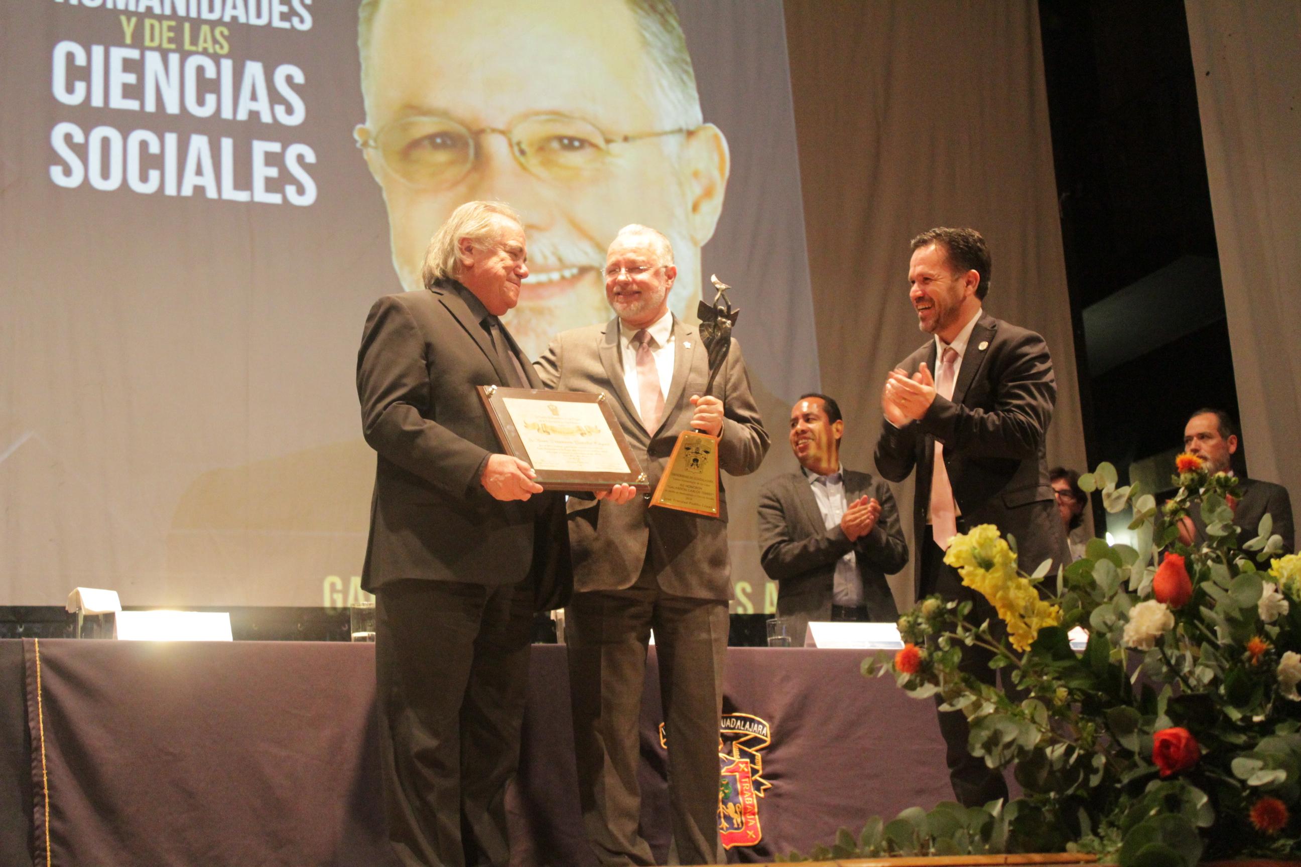 El doctor Aristarco Regalado y el maestro Carlos Terrés hicieron entrega de la estatuilla Meztli y el reconocimiento al doctor Trinidad Padilla