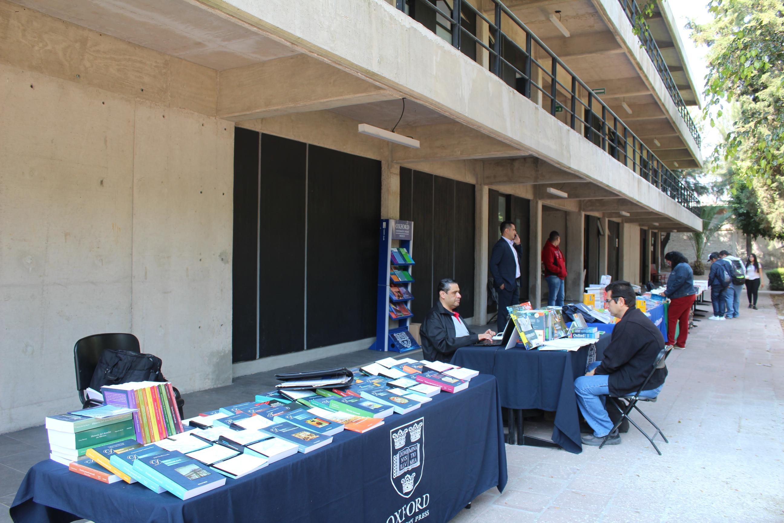 Docentes del CULagos revisan material bibliográfico de las editoriales