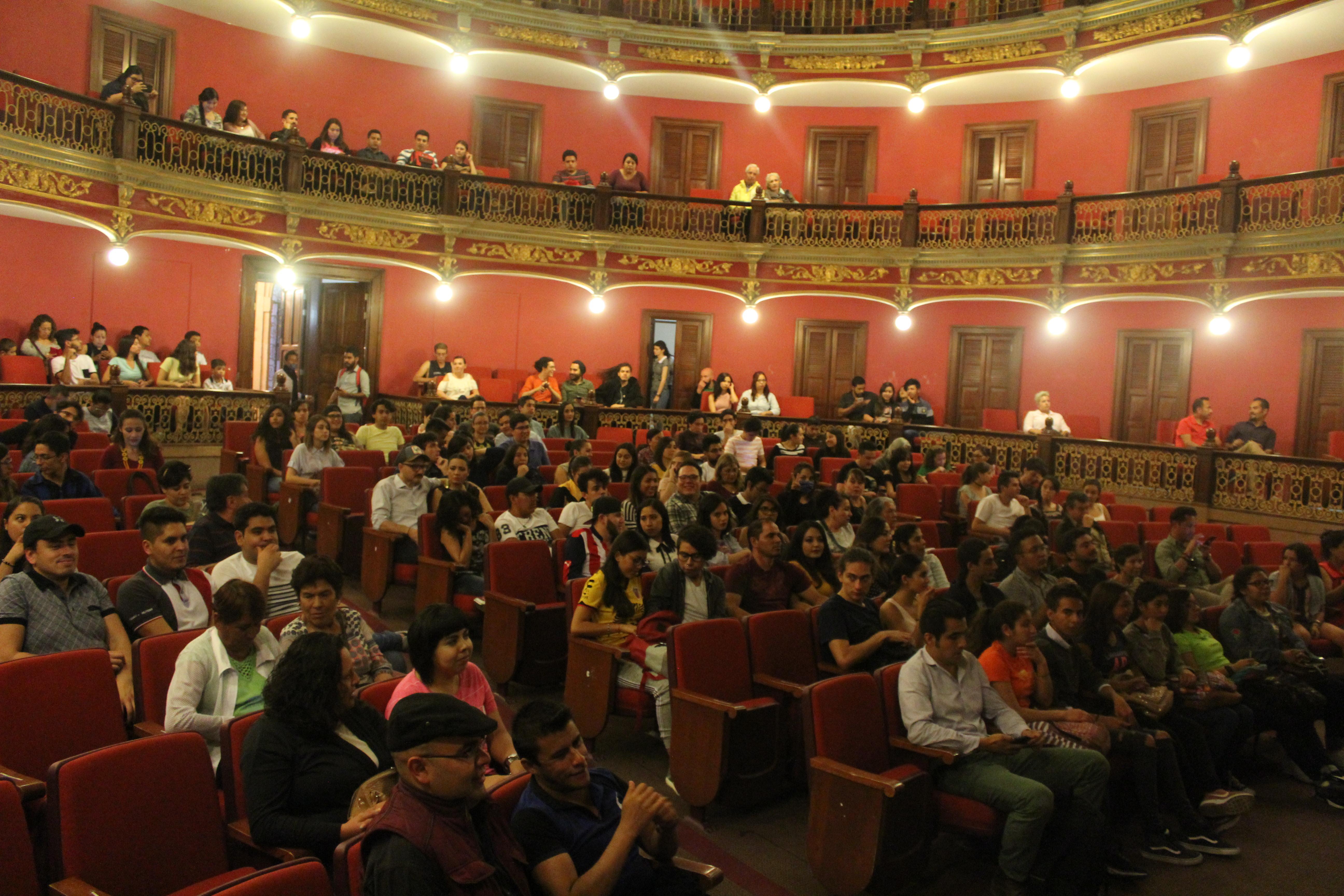 Las butacas del teatro estuvieron ocupadas en su mayoría por un público variado
