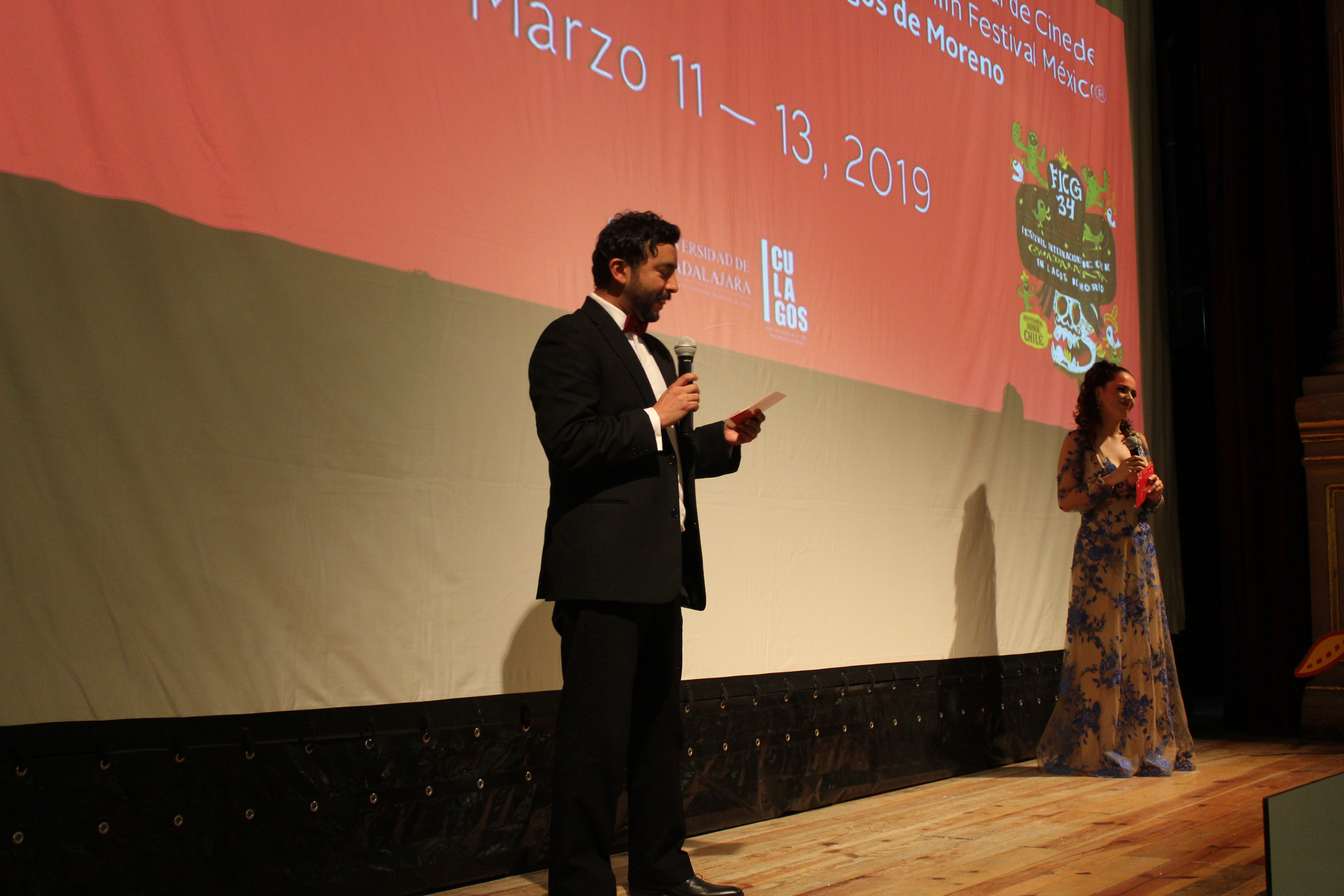 Olaf Balam y Helena Díaz en el escenario del teatro, dando la bienvenida al festival