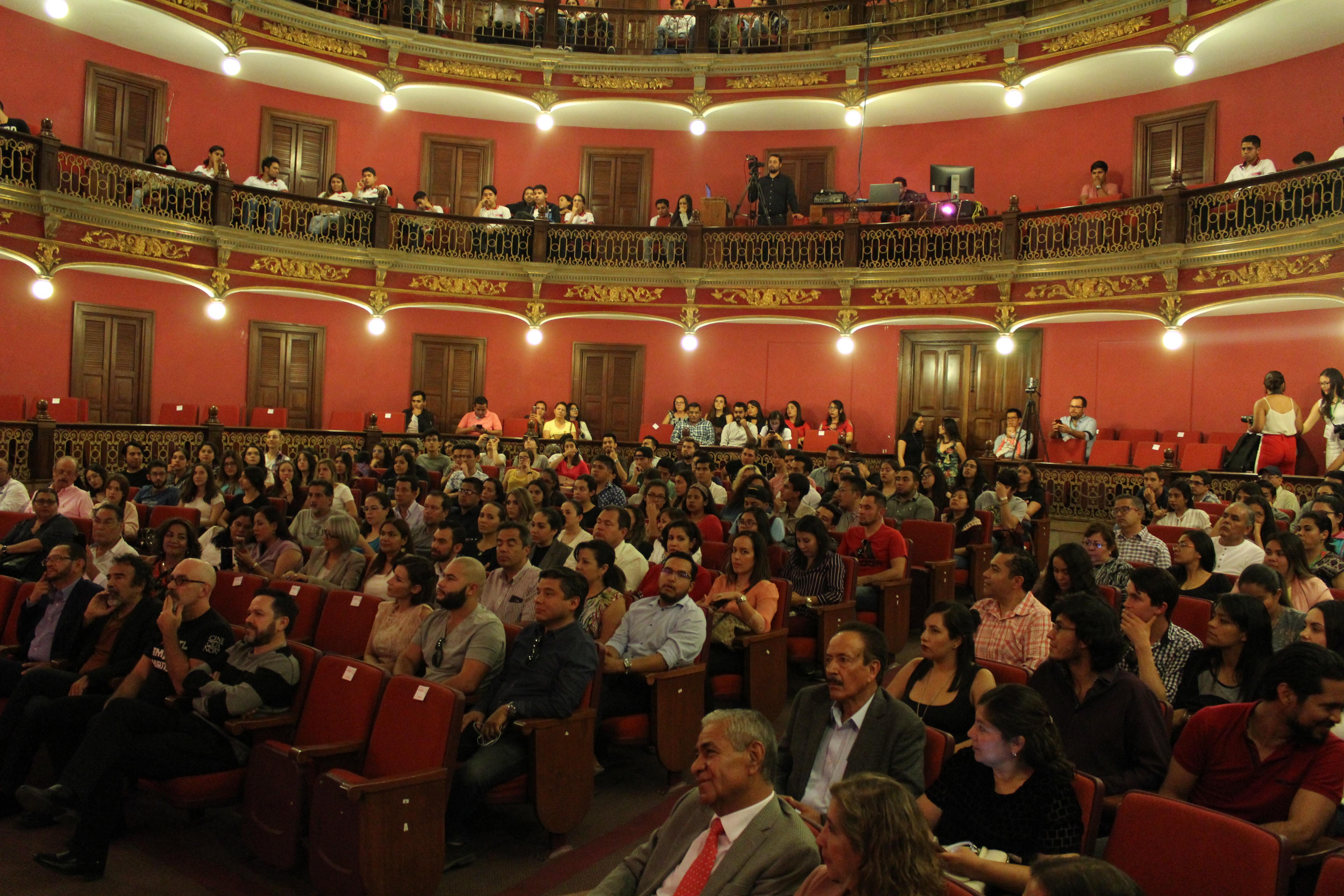 El público asistente se mantuvo expectante en los momentos previos a la inauguración
