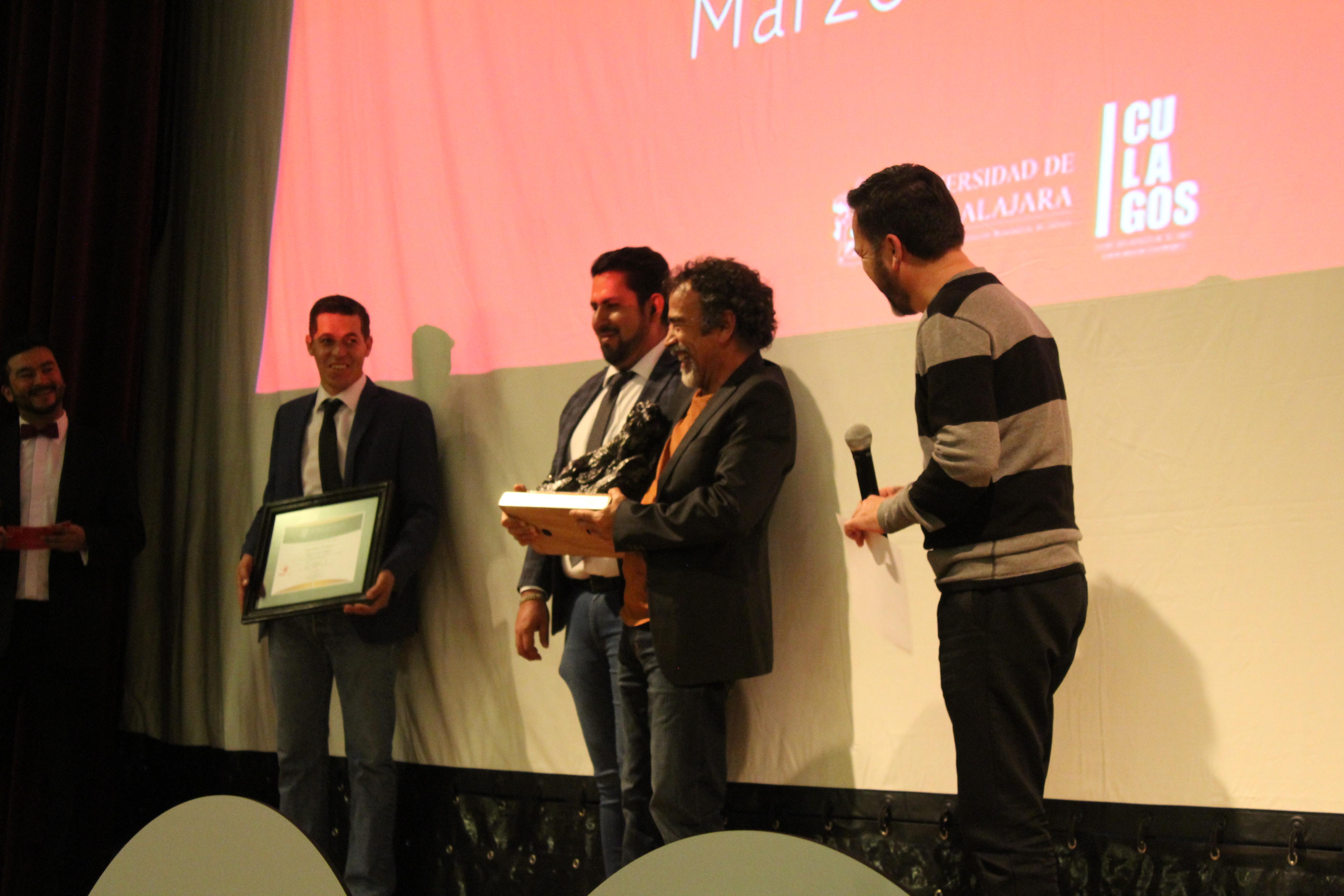 El doctor Aristarco Regalado realizó la entrega de la estatuilla y del reconocimiento al actor por su trayectoria
