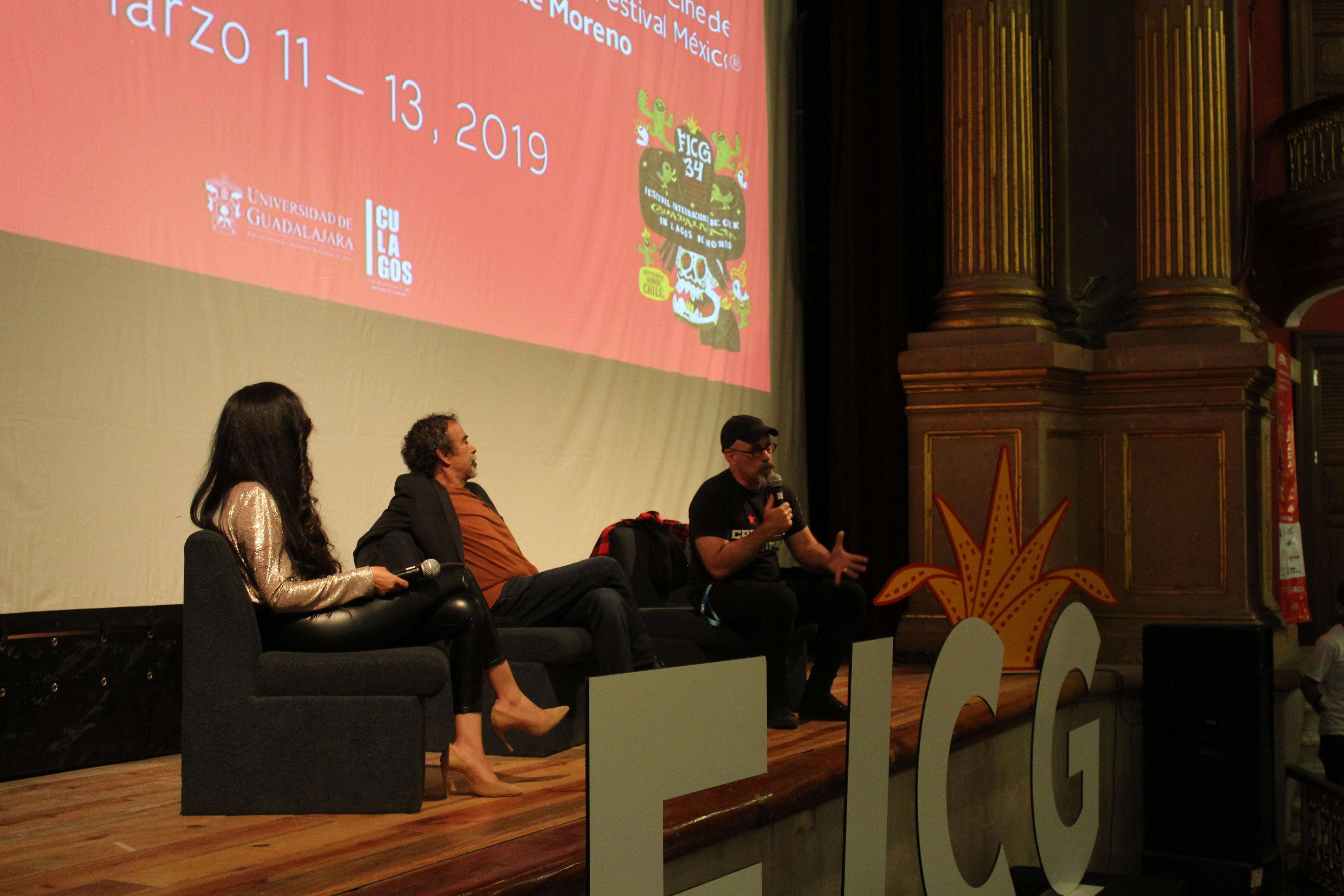 El escenario del teatro Rosas Moreno. De izquierda a derecha: Yahaira Padilla, como moderadora; Damián Alcázar y Sebastián del Amo
