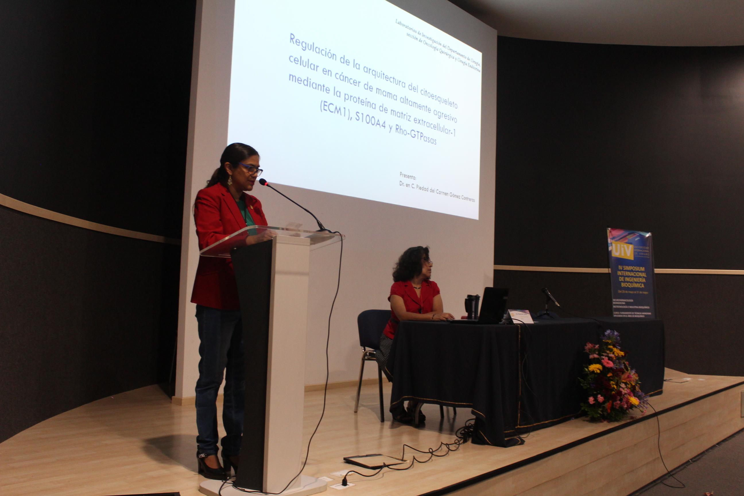 Presentación de una de las ponentes de la jornada dedicada a la Biomedicina