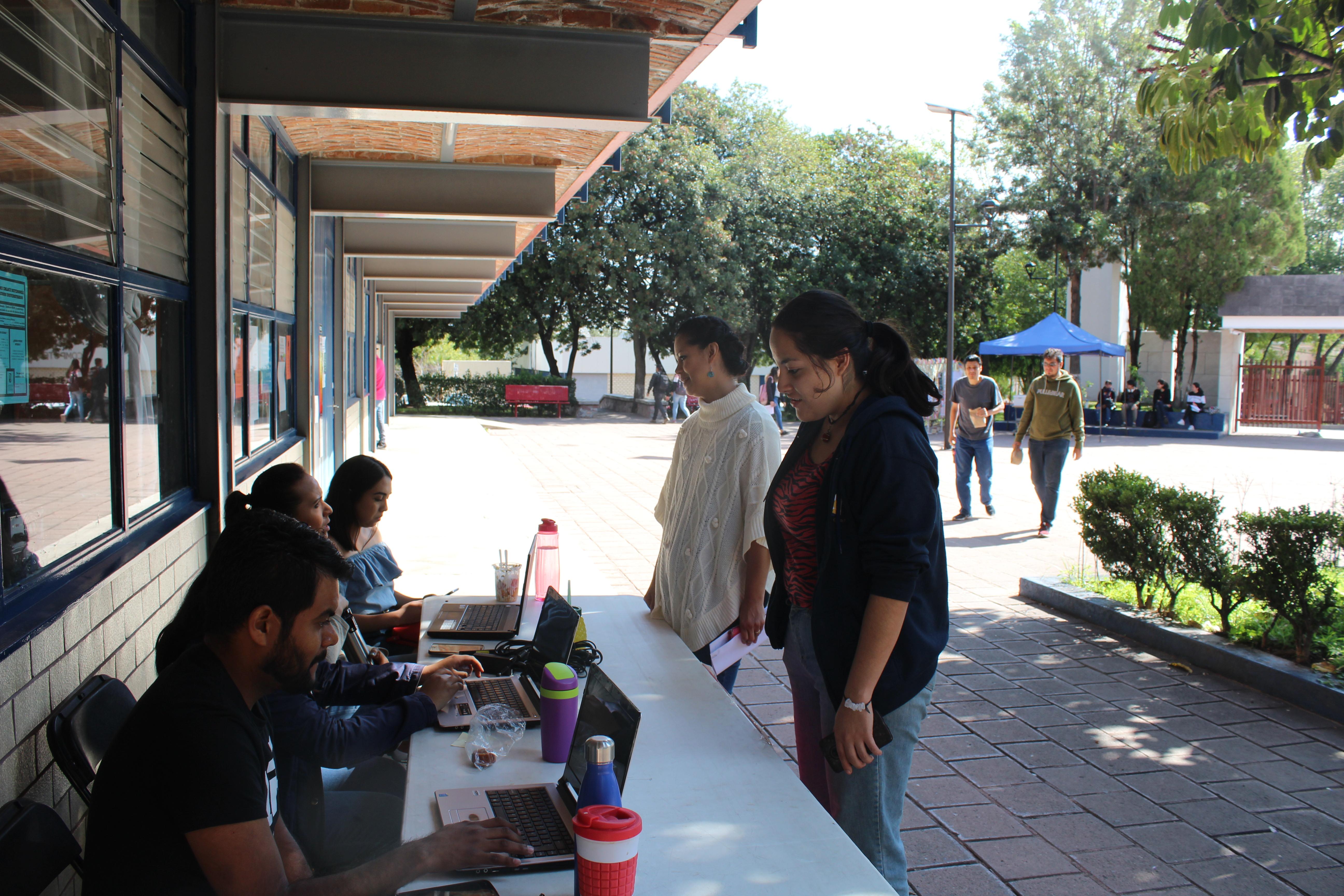 Estudiantes y docentes se acercaron a recibir orientación