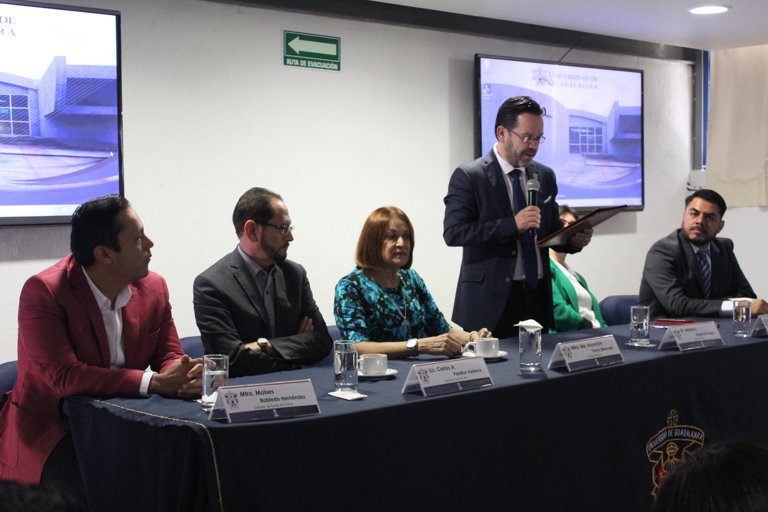 Las autoridades del CULagos hicieron la presentación del maestro Arturo Santillán