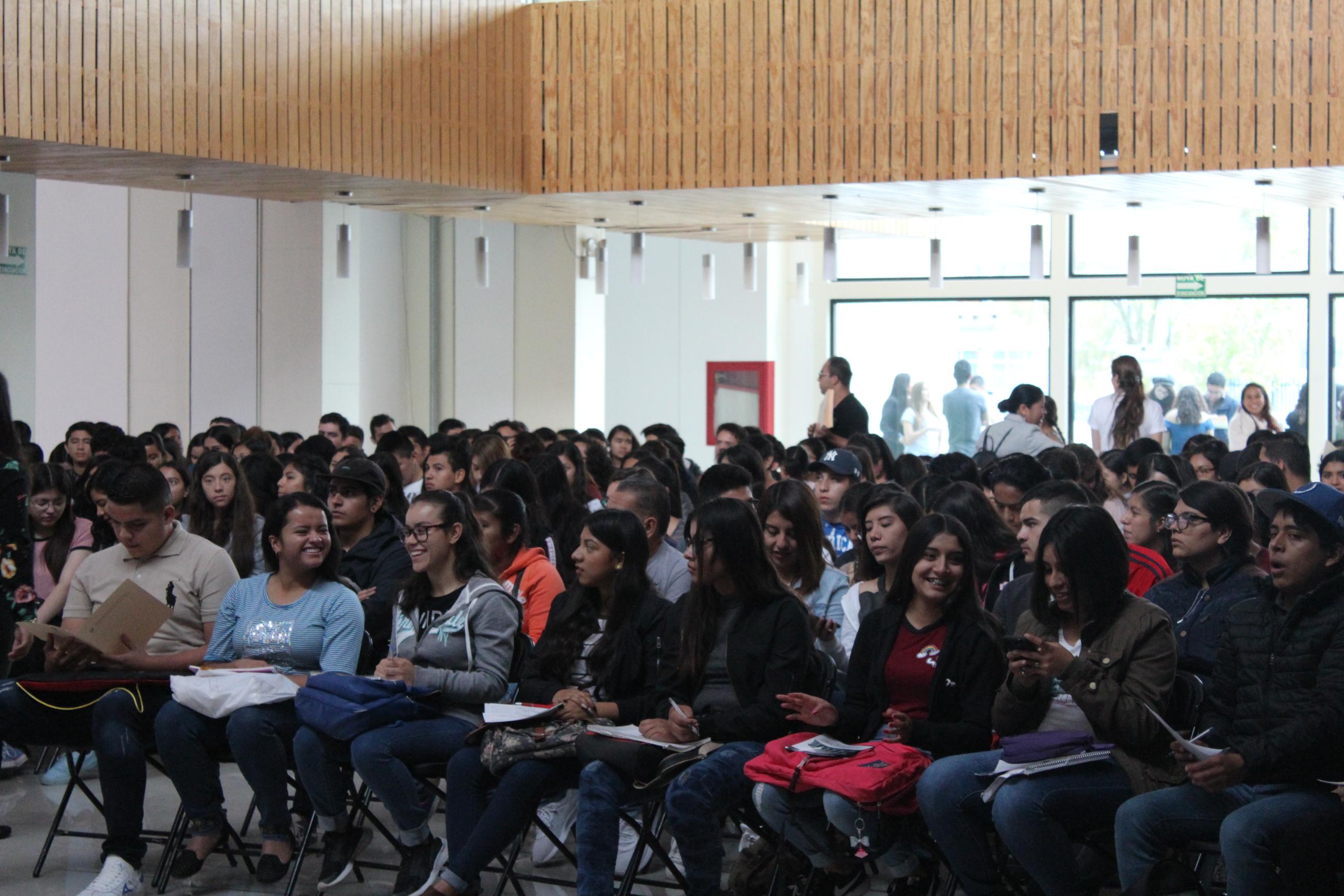 Los estudiantes de la sede Lagos de Moreno se reunieron en el lobby del Edificio de Tutorías