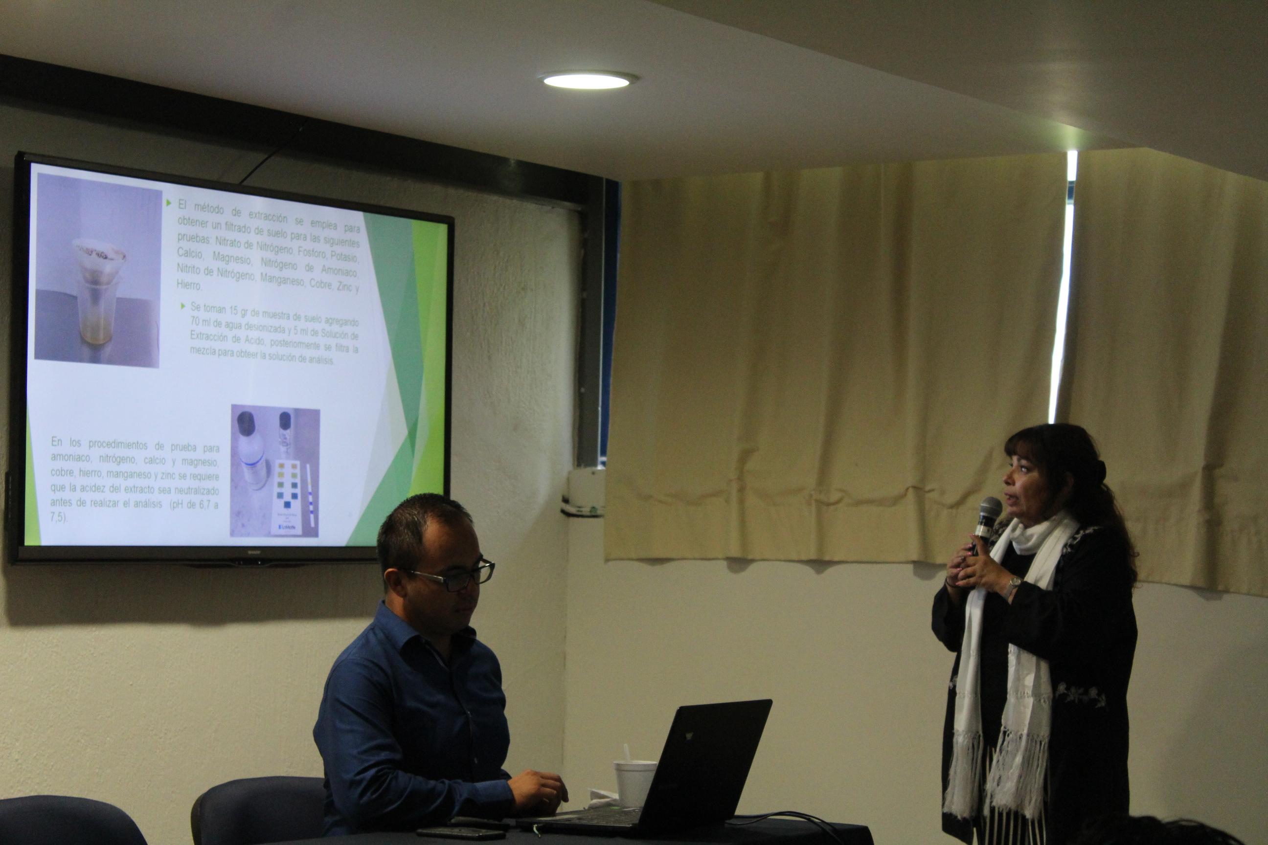La doctora Bertha Alicia Arce explica a los asistentes parte de su trabajo