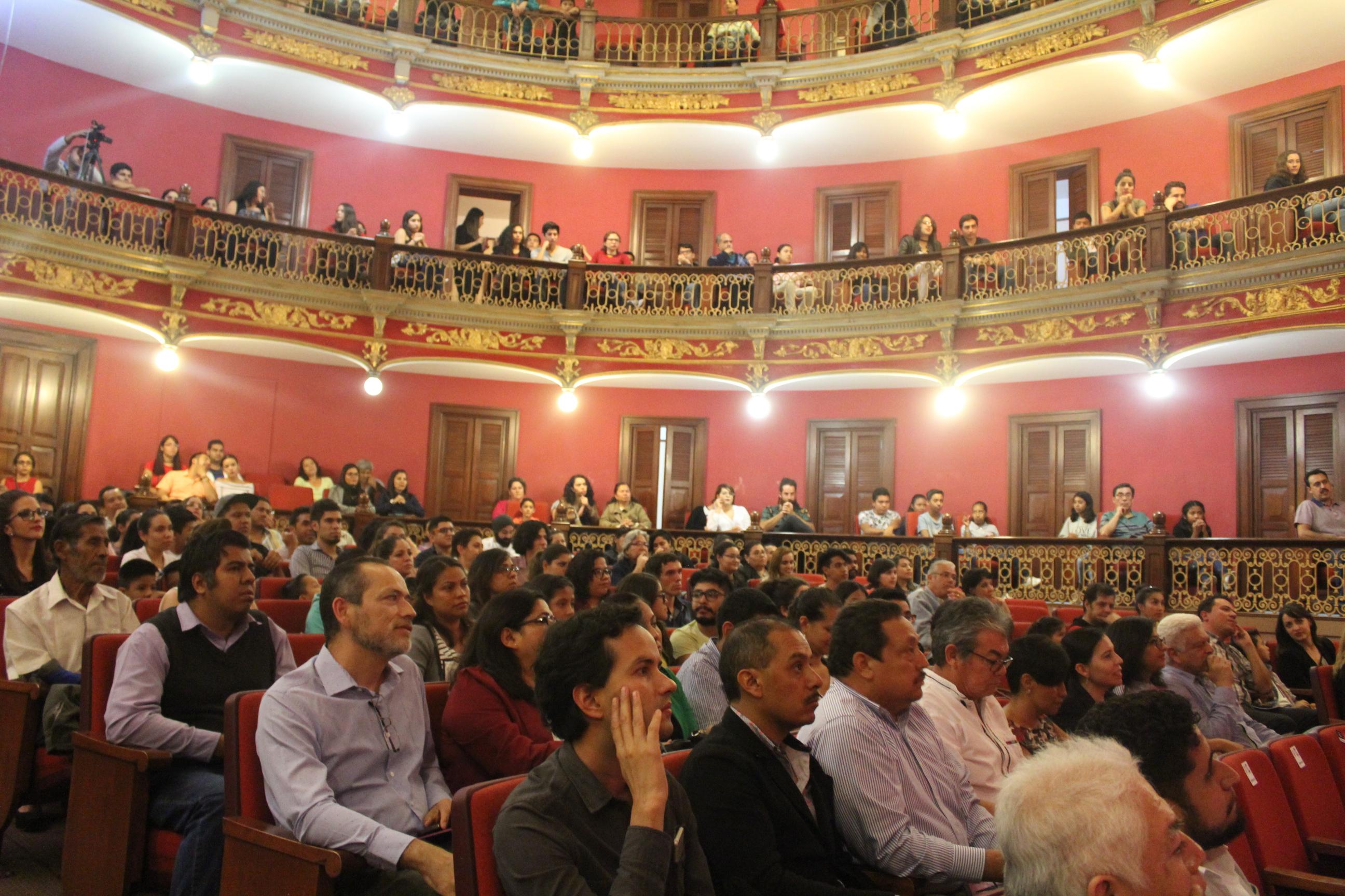 El público asistente al Teatro José Rosas Moreno, a la espera del inicio de la obra