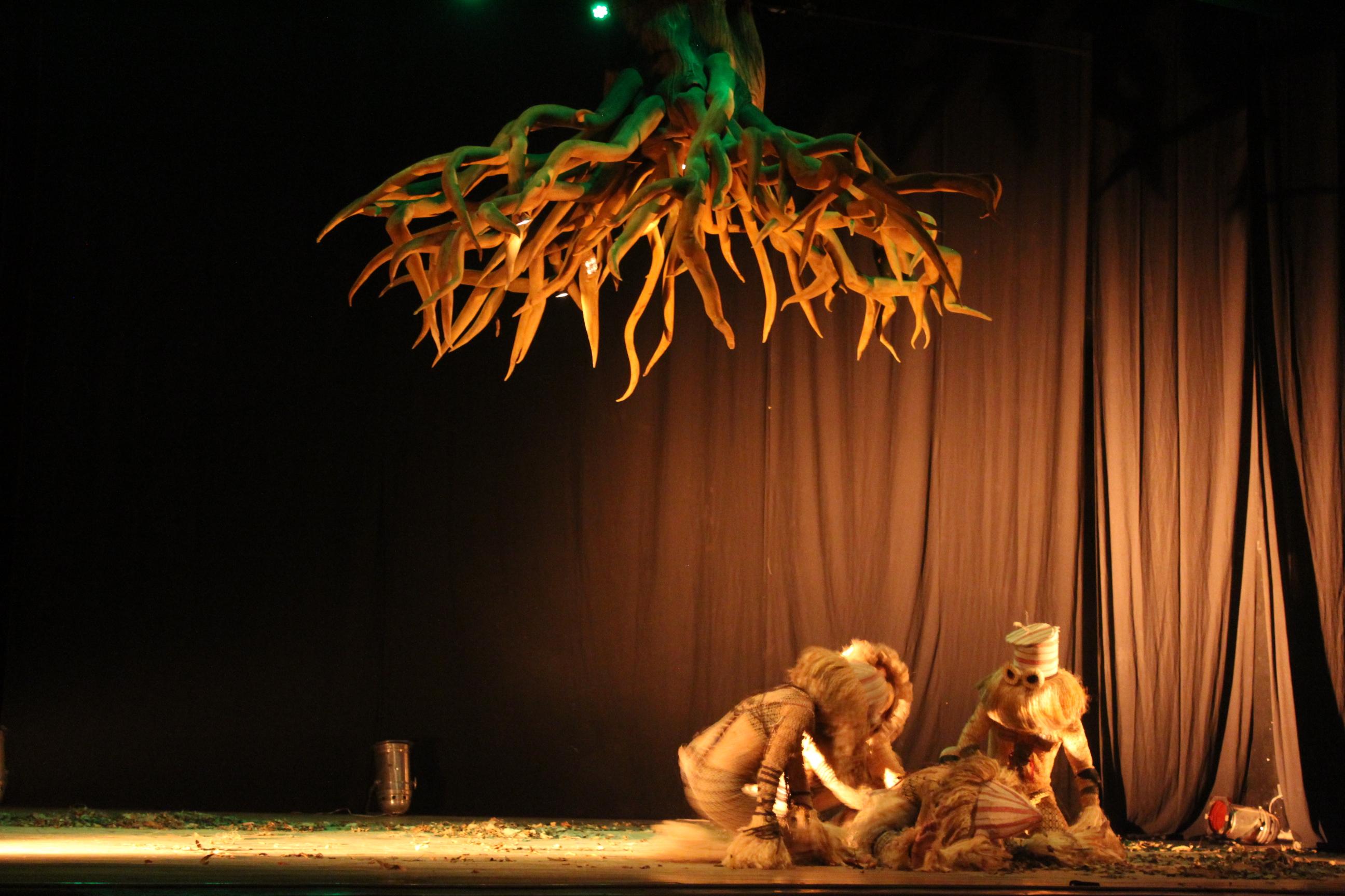 En la danza inicial, los personajes se encuentran en un punto debajo de un árbol