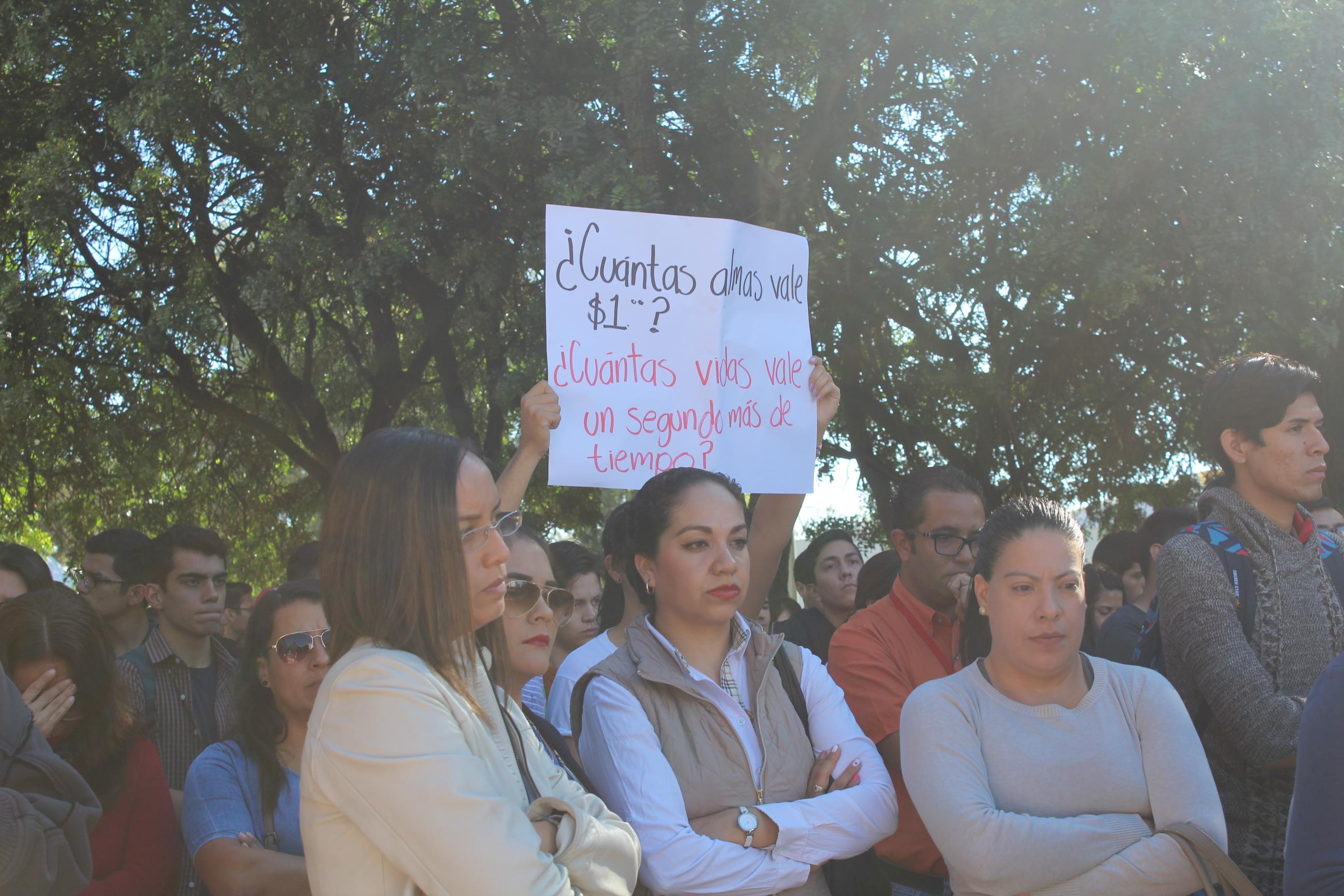 Estudiante con una pancarta