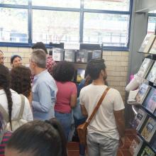 Los asistentes observaron las colecciones de libros que ofrece la librería, así como la exposición de bordado
