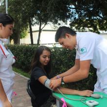 Toma de la presión a estudiante durante la Feria de la Salud