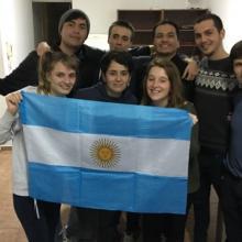 Lorena y su grupo de amigos con la bandera de Argentina