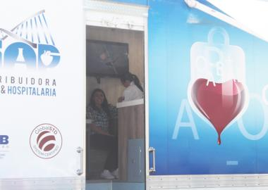 Alumna donando sangre