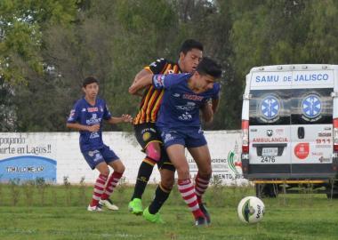 Jugadores de ambos conjuntos en la disputa del balón