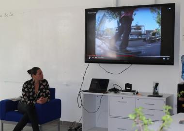 Vanessa Salazar presentando un video sobre la práctica del skate