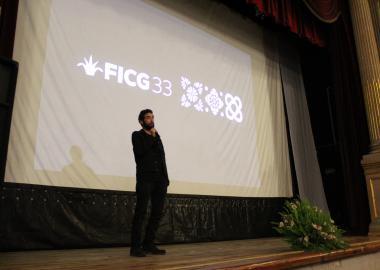 Arturo Díaz Santana conversando con el público que asistió al teatro José Rosas Moreno