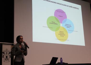La maestra Gabriela Rosales explicando los marcadores moleculares del daño hepático