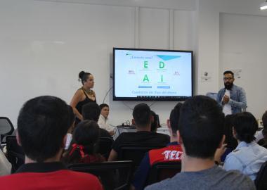 Presentación del cuadrante del flujo de dinero, durante la exposición de emprendimiento de Sover